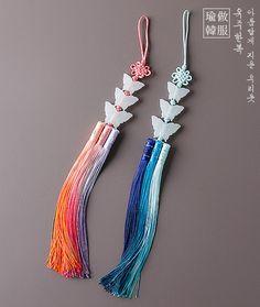 여름나비노리개 Traditional Gowns, Korean Traditional, Korean Accessories, Fashion Accessories, Chinese Design, Diy Origami, Rakhi, Tiaras And Crowns, Lockets