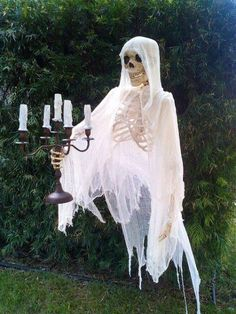 Last-minute decorating is something I'm VERY knowledgeable about. One means is to make your own Halloween decorations. These DIY Halloween decorations. Spooky Halloween, Halloween Skeletons, Outdoor Halloween, Halloween Projects, Holidays Halloween, Happy Halloween, Halloween Party, Halloween Yard Ideas, Halloween Rules