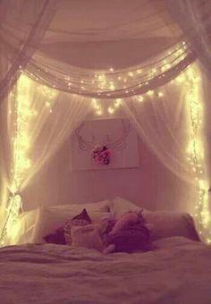 Hier als Himmelbett gedacht. Ich würde aber nur die beleuchteten Vorhänge an der Wand verwenden. Vielleicht mit Spitzenstoff?!
