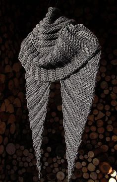 """""""Wombat Schaltuch"""" by Elke Becker free pattern with bulky yarn. love the shiny gray yarn. Shawl Patterns, Knitting Patterns Free, Free Knitting, Free Pattern, Knitted Shawls, Crochet Scarves, Knit Or Crochet, Crochet Shawl, Knitting"""