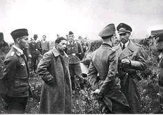 Jakow Dżugaszwili (2 z lewej) - syn Józefa Stalina - w otoczeniu żołnierzy niemieckich czeka na lotnisku polowym na transport w celu przesłuchania, źródło Narodowe Archiwum Cyfrowe, autor: Rompel, sygnatura: 2-1600, data wydarzenia - lipiec 1941 roku.