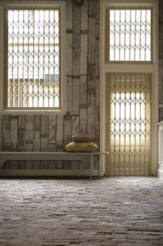 Sloophouten planken op de muur... eenvoudig met het behang van Piet Hein Eek.