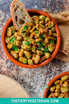 Looking for some easy vegan tapas ideas? Look no further, I've got you covered with this fresh or frozen fava bean recipe. Young fava beans (or baby broad beans, make sure they are green, not brown) cooked up in white wine with onions and garlic, perfect for scooping up with some fresh crusty bread. Serve with other Spanish appetizers for the perfect healthy party platter or casual dinner party meal. They're even vegan! Make them today in just under half an hour. Vegetarian Lunch Ideas For Work, Easy Vegan Lunch, Vegan Lunches, Spicy Vegetarian Recipes, Vegetarian Appetizers, Healthy Recipes, Tapas Ideas, Spanish Appetizers, Eating Vegetables