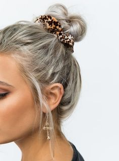 15 Scrunchie Hairstyles – How To Wear a Scrunchie, scrunchie bun, scrunchies, sc… – Merritt Beacon - special Nurse Hairstyles, Easy Hairstyles, Simple Everyday Hairstyles, Scrunchy Hairstyles, Super Cute Hairstyles, Cute Hairstyles For Teens, Hairstyles 2016, Casual Hairstyles, Hair Day