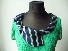 Upcycled grün Perlen Top mit repurposed Krawatte Kragen. Bitte beachten Sie: Die grüne Farbe ist viel reicher an Person. Eine wahre Maigrün.  Ich habe dieses Top aus einem Upcycled, grüne Pailletten/Perlen Top und zweckentfremdet Mannes Krawatte. Ich Hand genäht die Krawatte, das Shirt Ausschnitt auf unebenen, skurrilen und flirty Weise. Oben kann als ein Stück Schichtung, dann für Freitag Nacht Spaß arbeiten müssen nicht nach Hause gehen und ändern, einfach alle obere Schichten zu entfernen…