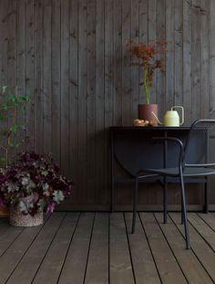 Forny uteplassen: Dette er vårens mest trendy farger - Byggmakker Nordic, Bar Table, Outdoor Furniture Sets, Scandinavian Home, Outdoor Decor, Outdoor Furniture, Home, Nordic Design, Home Decor