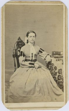 CDV : Woman Posed with Two CDV Photo Albums Ca.1860s'