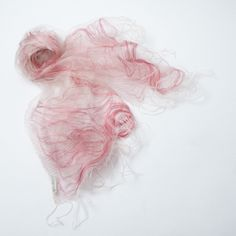 【TINA】シャリシャリ感のあるシルクの生地を2枚重ね合わせた、天女の羽衣のようなストール。  生地と生地の間に入っているピンクの糸で、立体感のあるアイテムに仕上がっています。