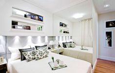 Os nichos acima da cabeceira são projetados para fora, ou seja, não exigem que a cama seja deslocada 8 ou 10 centímetros para a frente.  Foto: André Godoy/ Cavalcante Ferraz Arquitetura e Design