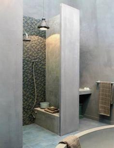 comment bien aménager la salle de bain, murs en beton ciré
