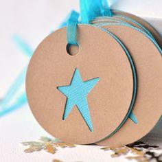 Stern-Etiketten ⭐️ Star-Labels (Kreise aus braunem Tonpapier achneiden, Sterne reinstanzen, mit einer andersfarbigen Lage hinterlegen, lochen und zusammenbinden)