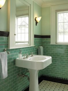 Baño con friso en color verde.