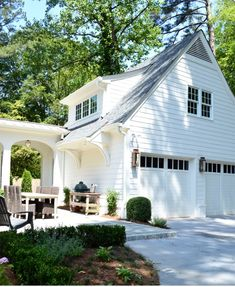 Spring Curb Appeal: Gorgeous Garage DoorsBECKI OWENS One way to get a fresh facelift is by rethinking your garage doors. By upgrading, you can give your home a custom look. Look at these gorgeous garage ideas. Style At Home, Plan Garage, Garage Ideas, Door Ideas, Wall Ideas, Covered Walkway, Plans Architecture, Garage Apartments, Garage With Apartment