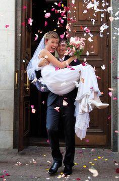 """""""Früher wartete am Eingang auf die jungen Brautpaare immer die Schwiegermutter, die den Sohn und die Schwiegertochter mit dem Hafer und der Hirse bestreute. Das sollte den frisch Vermählten Reichtum und Schutz bescheren. Jetzt werden die Blumenblätter dazu benutzt, was das russische Hochzeit-Ritual noch schöner und feierlicher macht. """" ... """"Nach einer ausgelassenen Feier wird der Braut kurz vor Mitternacht der Schleier abgenommen. Das übernimmt eine Patentante oder die Mutter der Braut. Bei…"""