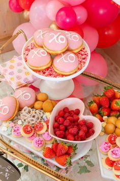 Valentine Theme, Valentines Day Desserts, Bridal Shower Snacks, Bridal Showers, Shower Tips, Shower Ideas, Romantic Desserts, Bridal Shower Planning, Heart Cakes