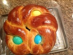 Pane di Pasqua, Italian Easter Bread, is a fluffy sweet bread traditionally in a wreath shape with brightly colored eggs baked inside. Easter Dinner Recipes, Easter Brunch, Holiday Recipes, Italian Easter Bread, Italian Bread, Easter Cookies, Easter Treats, Easter Desserts, Easter Bread Recipe