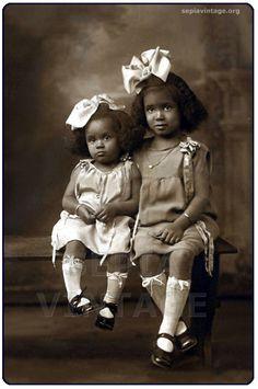 vintage little girl portrait Vintage Children Photos, Vintage Pictures, Vintage Kids, Romance Vintage, American Photo, Vintage Black Glamour, Photo Vintage, Black History Facts, Black Families