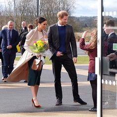 Meghan Markle e o Príncipe Harry parecem estar com a agenda corrida antes do casamento que acontece no dia 19 de maio. Enquanto isso o casal foi à Irlanda do Norte na sexta-feira e a bela elegeu peças minimalistas e sofisticadas como o maxicoat @mackage suéter @victoriabeckham saia @gretaconstantine scarpin @manoloblahnikhq e bolsa de mão @charlottelizbth. Belíssima!  #FhitsInspiration #MeghanMarkle #RoyalFamily