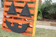 How cute is this pallet pumpkin?!?!