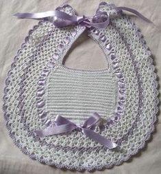 CREATIVA IO: Bavette e scarpine neonato Crochet Baby Bibs, Crochet Baby Blanket Free Pattern, Poncho Knitting Patterns, Crochet Baby Clothes, Crochet For Kids, Crochet Organizer, Crochet Faces, Christmas Crochet Patterns, Crochet Designs