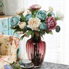 As flores artificiais são simples e delicadas, podendo deixar o seu ambiente com um efeito muito mais bonito e uma decoração mais delicada.