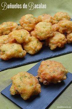 Los buñuelos de bacalao son una masa de harina frita con bacalao desmigado y mezclado con otros ingredientes . Un suave bocado de lo más tra.