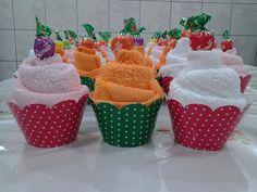 Lembrancinha de toalha, linda para enfeitar a mesa e útil para quem ganha. Shower Bebe, Baby Boy Shower, Bridal Shower Gifts, Baby Shower Gifts, Market Day Ideas, Valentine Baskets, Towel Animals, How To Fold Towels, Towel Cakes