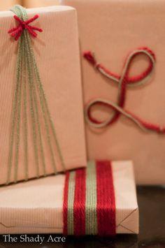 Envoltorio regalos de Navidad con cuerdas de colores