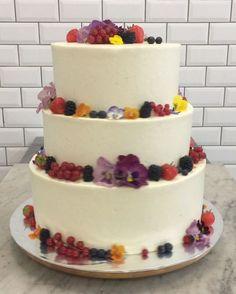 Ein schönen Freitagabend euch allen! ❤️#liebesbisschen #liebesbisschencafe #hochzeitstorte #weddingcake #flowers #eddibleflowers #welovecake #friday #heiraten #wedding #yummy #romanticcake