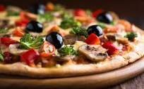 De pizzabodem maak je van 100 gram amandelmeel (of ander glutenvrij meel), 50 gram geitenroomkaas (ik heb zachte geitenkaas genomen), 4 eieren, 1 theelepel (biologische) oregano en een snufje (himalaya) zout. Alles mengen met een garde en giet het mengsel in een siliconen bakvorm. Bak circa 20 minuten in een oven van 180 graden. even laten afkoelen in de vorm, daarna met behulp van een bord omdraaien en weer in de bakvorm leggen. Je kan de bodem nu beleggen.