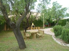 el jardin de la Casa Rural un lugar para pasear o hacer una barbacoa de la carne del Bajo Aragón