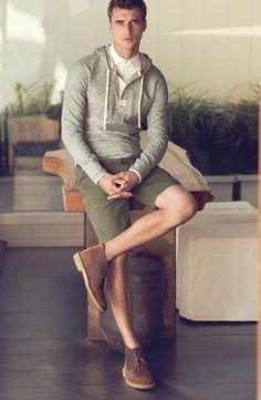 Den Look kaufen:  https://lookastic.de/herrenmode/wie-kombinieren/pullover-mit-kapuze-grauer-businesshemd-weisses-shorts-olivgruene-chukka-stiefel-braune/1675  — Olivgrüne Shorts  — Braune Chukka-Stiefel aus Leder  — Grauer Pullover Mit Kapuze  — Weißes Businesshemd