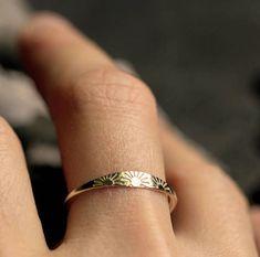 anillo de sol anillo de oro macizo anillo de plata esterlina anillo de oro delicado sello estampado a mano anillo de 10 k anillo de oro macizo de 14 k delicado anillo de oro ANILLO DE SOL - joyas Dainty Gold Rings, Delicate Rings, Dainty Jewelry, Cute Jewelry, Jewelry Box, Jewelry Rings, Silver Jewelry, Jewelry Accessories, Silver Earrings
