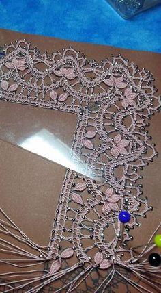 Puntillas bolillos Irish Crochet, Crochet Lace, Lace Tape, Bobbin Lacemaking, Lace Painting, Bobbin Lace Patterns, Lace Heart, Point Lace, Tatting Lace