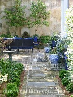 blue and white in the garden. Perfect for my garden patio Small Gardens, Outdoor Gardens, Courtyard Gardens, Brick Courtyard, Landscape Design, Garden Design, Patio Design, Gazebos, Outdoor Rooms