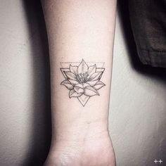 Flor de lótus e Triângulo Tatuagem no Braço