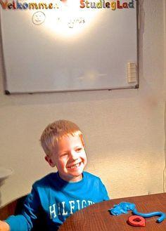 ØNSKER DIG EN RIGTIG GOD DAG ❤️ Se lige skønne Magnus på 5 år, der har formet sit første ord i modellervoks  han er ved at lære bogstavernes navn, form og lyd. Hos Studieglad® handler det om at gøre det at lære at læse og skrive til en leg. Læs mere: https://stavning.wordpress.com/