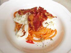 spaghetti di gragnano con salsa dolce di pomodorini stracciatella pugliese e capocollo di martina franca croccante
