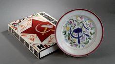 """#RUSSIE rare ASSIETTE REVOLUTIONNAIRE en #porcelaine décorée par Sergueï Tcherkhonine d'une faucille et d'un marteau sur fond de fleurs, filet rose en bordure. Marquée au revers. Période révolutionnaire, année 1918. Diam. 23,5 cm (un cheveu). On y joint l'ouvrage sur lequel figure un modèle similaire: """"Art Décoratif Soviétique 1917-1937"""" par Vladimir Tolstoï (édition du Regard) Vendue aux #encheres le 23/05/14 par Brissonneau SVV"""