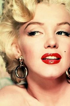 Lady Marilyn in Red Lips