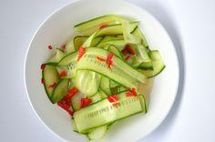 Zoet zure komkommer is lekker en fris bij een pittige maaltijd.