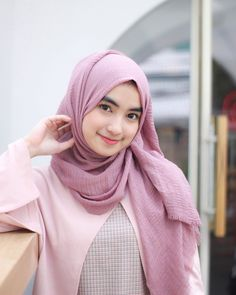 My favorite pashmina everrrr, crinkle shawl ❤️❤️ Stylish Hijab, Casual Hijab Outfit, Hijab Chic, Ootd Hijab, Hijabi Girl, Girl Hijab, Beautiful Girl Image, Beautiful Hijab, Teen Fashion Outfits