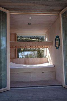 Bygde hytta over sprekken i landskapet - Aftenposten Plywood Interior, Summer Cabins, Interior And Exterior, Interior Design, Cabins And Cottages, Cabin Interiors, Architecture, Future House, Bungalow