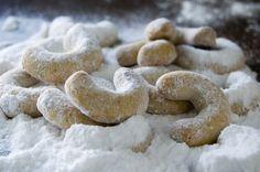Ingredience: mouka pšeničná hladká 140 gramů, máslo 110 gramů, cukr moučkový 60 gramů, ořechy vlašské 60 gramů (mleté), mouka pšeničná hladká (na vál), cukr moučkový (ochucený pravou vanilkou, na obalení).