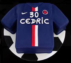 Cake design. Gâteau personnalisé en pâte à sucre en forme de maillot du Paris Saint-Germain PSG football club. Sugar paste soccer PSG t-shirt shaped cake by Les Délices de Marion.