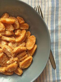 A+gnocchi+az+olaszok+krumplis+nudlija,+ami+főtt+burgonyából+tojás+és+liszt+hozzáadásával+készül.+Idővel+azonban+megjelentek+az+eltérő+olasz+régiók+saját+változatai:+míg+az+északi+megyékben+ricottával,+addig+délen+polentával+készítik.+Általában+olvasztott+vajjal+és+zsályával,+sajtmártással,+vagy…