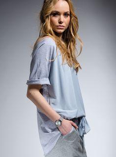 BLUZKA Z SZARYM TIULEM   ::   Bluzka z krótkim rękawem typu oversize. Uszyta z miękkiej, przyjemnej w noszeniu bawełny. Przód bluzki jest o 5 cm krótszy niż tył. Tiulowa warstwa z przodu w kolorze: szarym.  #bluzka #bluzki #bawełna #tiul  http://www.mapepina.pl/kobieta/bluzka-z-szarym-tiulem.html