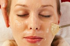 """Three Quick Facial Peelings that give miraculous results immediately after use Peeling facial is necessary """"commodity"""" in every woman's consumption basket. Generally basic functions to scrub the same: refresh the skin and . Cellulite, Face Care, Skin Care, Chemical Peel, Facial Cleansing, Blackhead Remover, Oily Skin, Health And Beauty, How To Remove"""