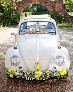 Pour un mariage réussi : une jolie voiture #vintage, des fleurs aux couleurs pastels et le tour est joué #car #mariage