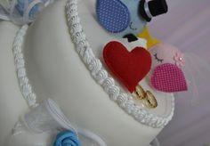 Topo de bolo casal de passarinhos em feltro.  Várias opções de cores.  A base é de acrílico transparente e mede 18 cm. R$ 85,00